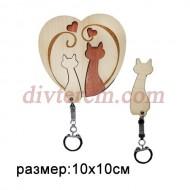 Ключница резная деревянная Кошки с сердечками 10х10см